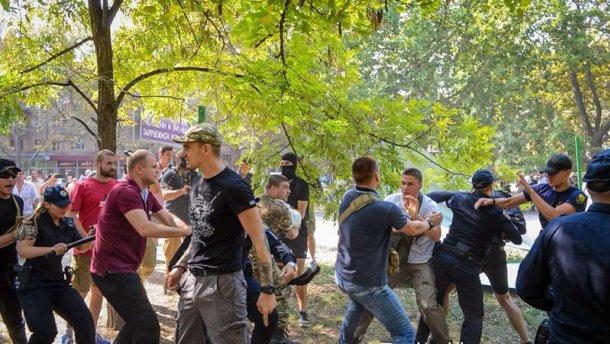В Одессе произошло столкновение во время сноса ограждения застройки