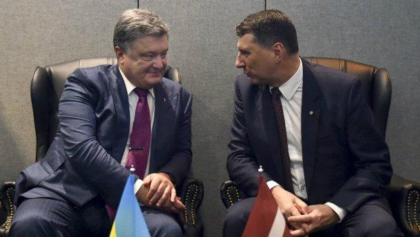 Порошенко просит Латвию отдать деньги приспешников Януковича