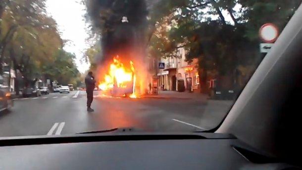 В центре Одессы дотла сгорела маршрутка: появилось видео
