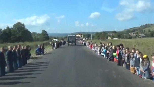 Жуткое видео встречи погибшего воина: все село на коленях
