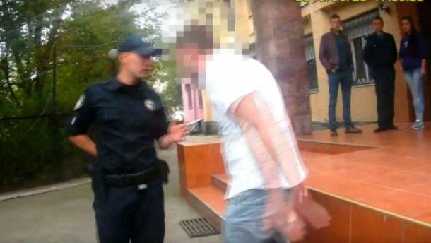 Пьяный чиновник устроил «спектакль» перед патрульными на Закарпатье (ВИДЕО)