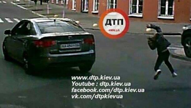 В Киеве водитель сбил девушку на переходе и скрылся: появилось видео