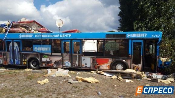 Срочные новости: в Киеве неуправляемый автобус устроил ДТП: пострадали 7 человек