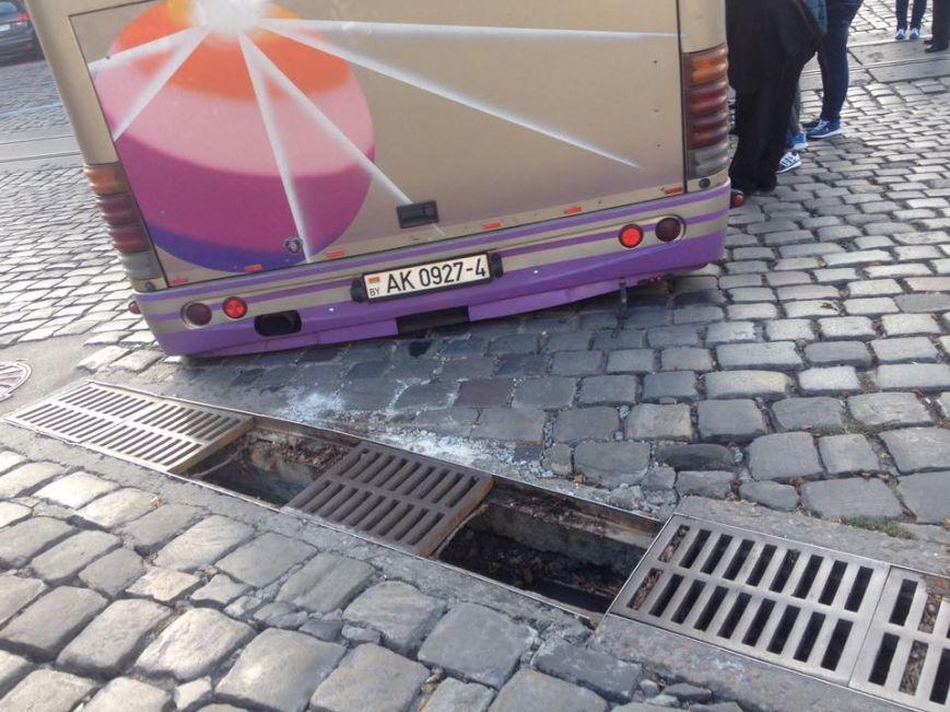 В центре Львова во время движения провалился под землю автобус