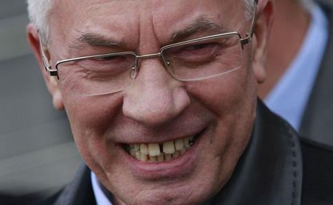 Азаров через суд вернул себе пенсию в Украине