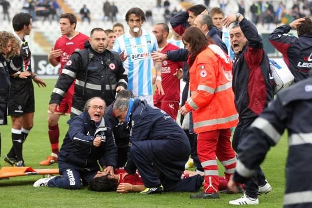 Трагическая новость: Футболист погиб во время матча