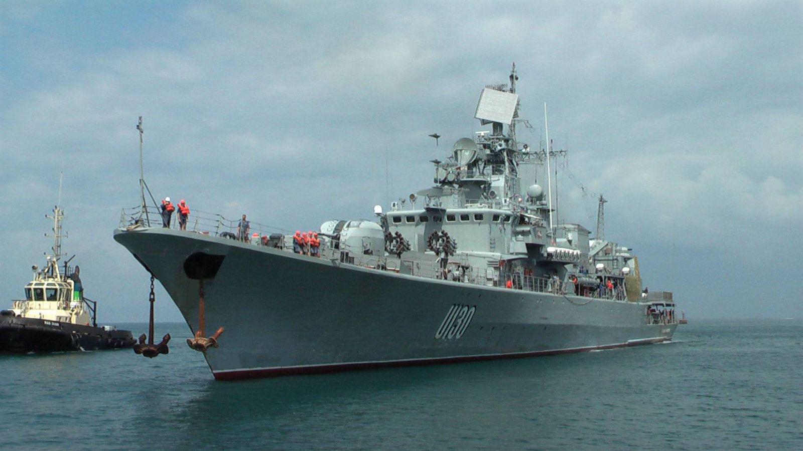 На видео сняли, как украинский корабль вытолкал судно России