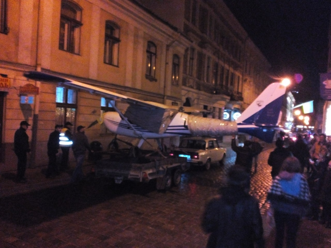 Появились фото ночного «полета» самолета в центре Львова (Фото)