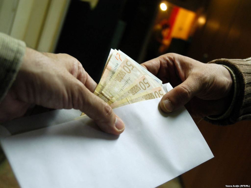 Ни много, ни мало: на Буковине полицейский требовал 1000 евро взятки