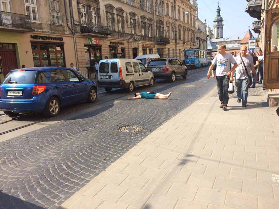 Странное поведение девушки во Львове потрясло Сеть (фото)