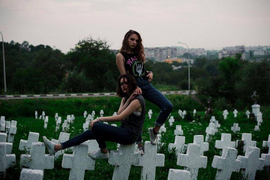 Богохульство или искусство? Франковские лесбиянки устроили оргию прямо на кладбище (ФОТО)