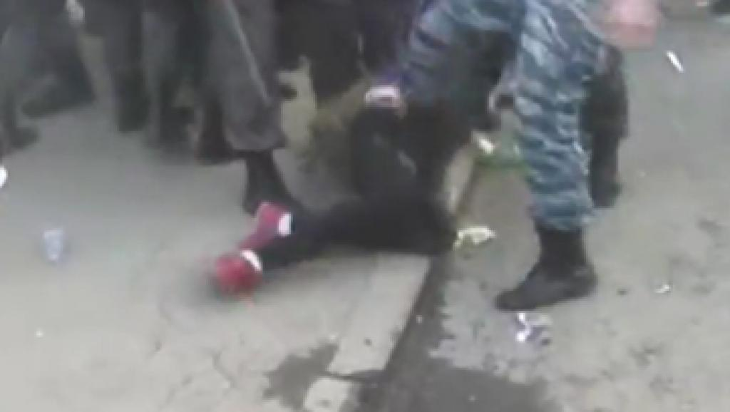 Будете сидеть в подвале: в Сети появилось видео жестокого обращения боевиков с женщинами (видео)