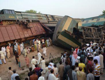 В Пакистане столкнулись поезда: 6 человек погибли, почти 150 ранены (фото)