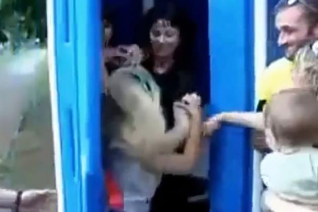 Россияне опозорились на весь мир из-за драки в очереди в туалет (видео 18+)