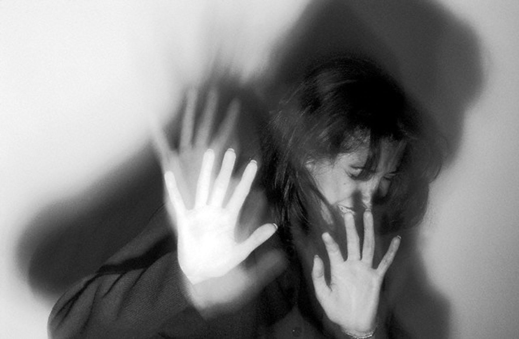 После изнасилования женщины злоумышленник взял ее детей в заложники