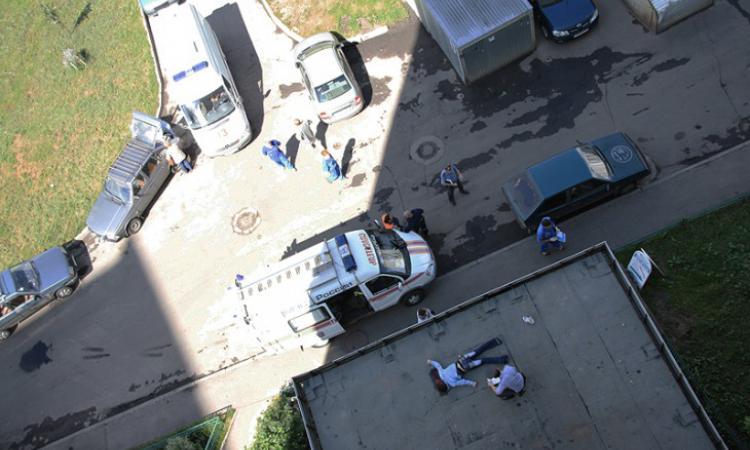 Известного депутата одним ударом руки выбросили из окна