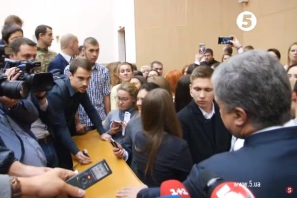 «Слышишь мудила, сколько тебе платят?» Студент, который провоцировал Порошенко, написал письмо с оскорблениями блоггеру