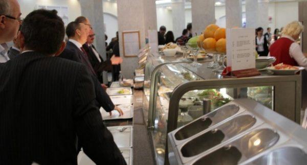 Украинцев рассмешили депутаты: они жалуются, что цены в столовых слишком дорогие