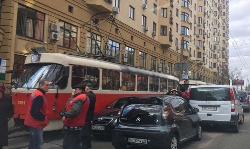 В Киеве трамвай полный пассажиров сошел с рельсов: последствия ужасают (фото)