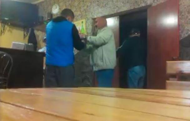 Пьяный и недекватний начальник полиции ворвался вооруженным в бар: люди шокированы его поведением