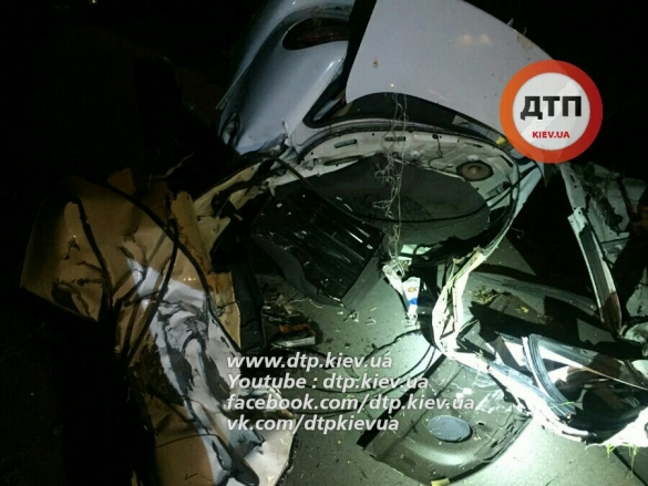 В Киеве в результате ДТП машину разорвало пополам: четыре человека погибли