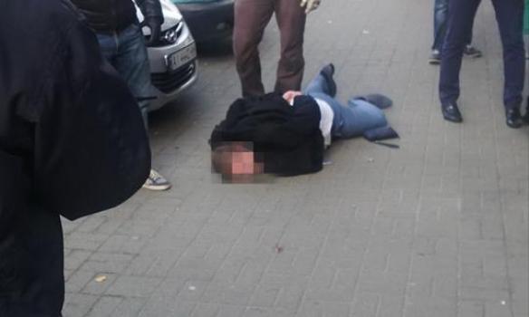 СБУ в Киеве задержала бывших правоохранителей и военного на взятке в 200 тыс. долларов