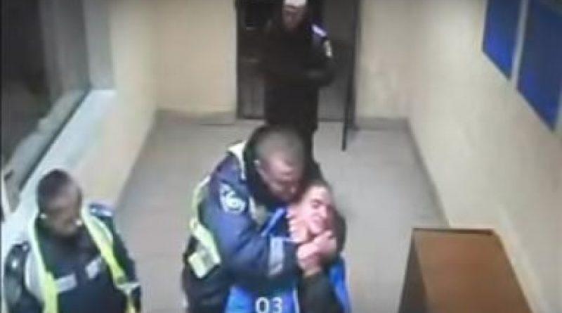 Скандал! Полицейские избили больного студента на глазах у других (видеозапись)