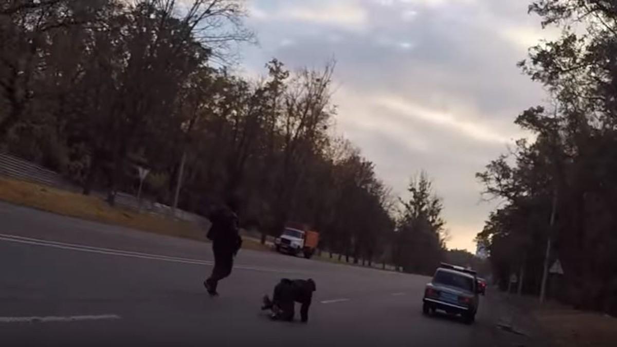 Перепуганные украинские полицейские бегут с взяткой в руках и вот реакция их начальника (видео)