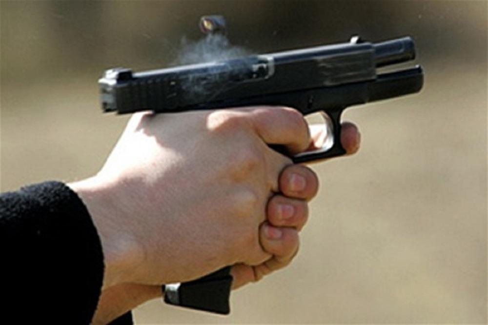 Полицейский застрелил бабушку, потому что она напала на него с битой