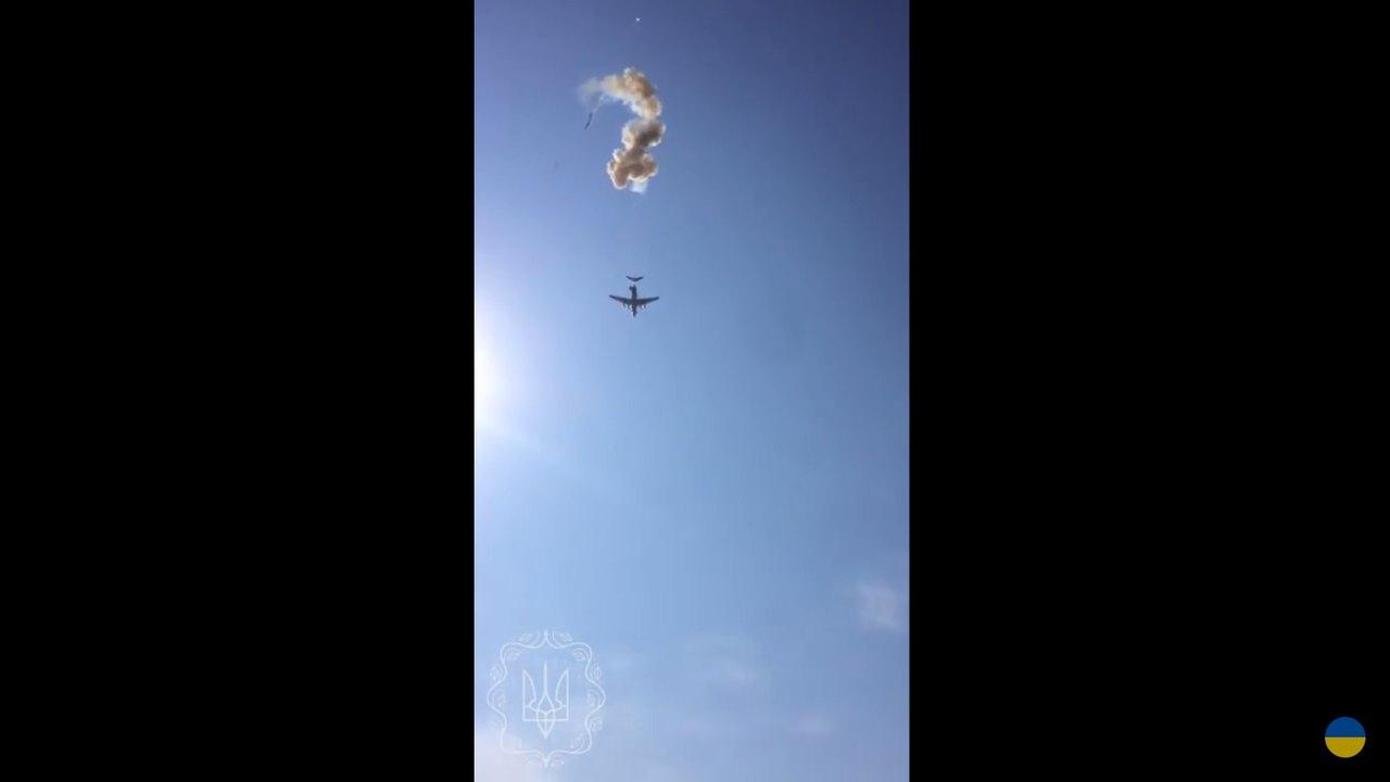БМД Вооруженных Сил разбилась во время десантирования: появилось жуткое видео