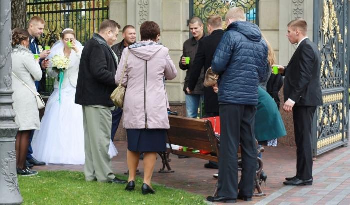 Межигорье два года спустя: свадьбы и пикники на лавочках (фоторепортаж)