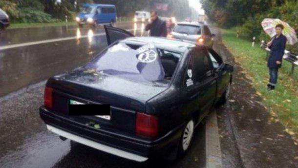 Непогода на Львовщине: на машину посреди дороги упало дерево