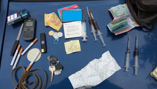 Задержали 33-летнюю женщину, которая продавала наркотики на территории школы