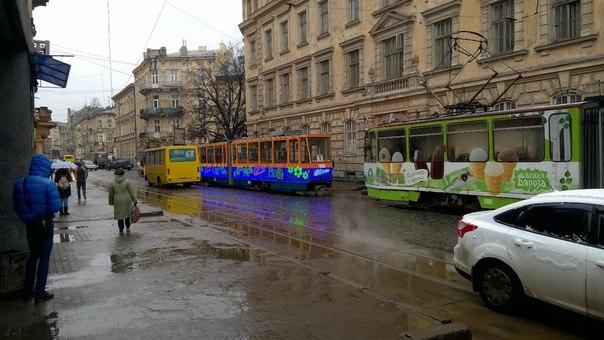«Гений» парковки: как львовский водитель заблокировал движение трамваев (фото)