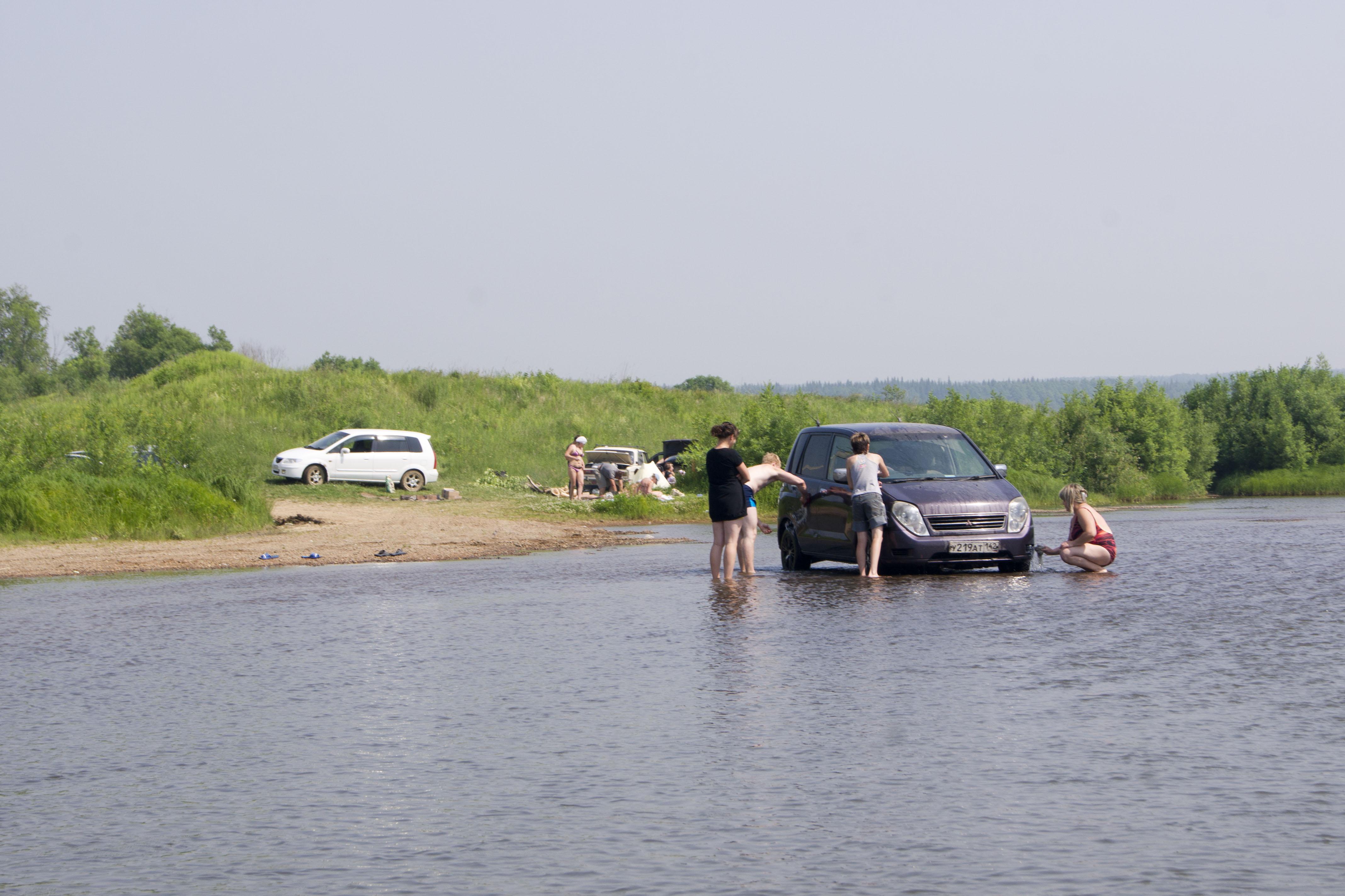В результате ДТП авто с людьми сорвался в реку