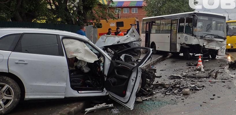 Смертельное ДТП в Киеве: легковушка лоб в лоб столкнулась с рейсовым автобусом (фото)