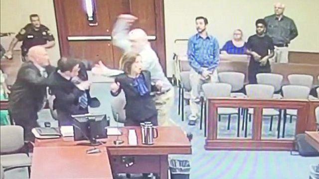 На видео попала попытка американского насильника-педофила убить прокурора в зале суда