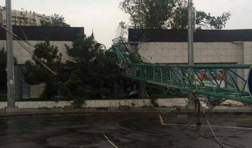 Страшное явление: в Одесской области кран развалил пополам ресторан