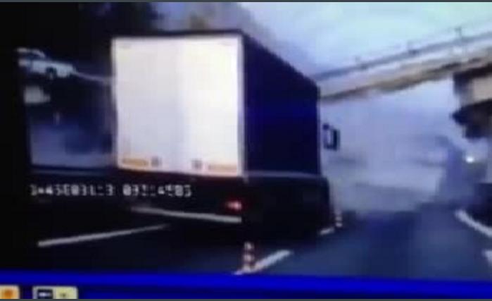 Страшная катастрофа в Италии: мост рухнул на магистраль (видео)
