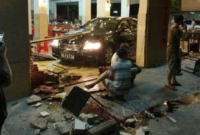 Пьяный чиновник на машине влетел в переполненный ресторан (фото 18+)