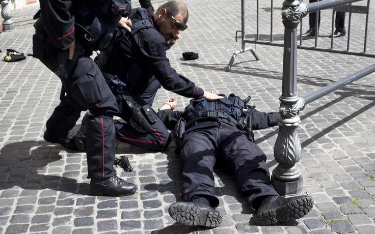 Мужчина напал на полицейского с ножом среди белого дня