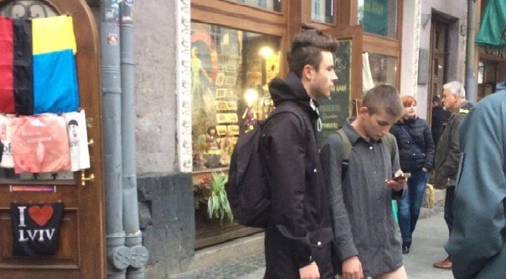 Странное поведение юношей во Львове потрясло Сеть: все думают, что случилось (фото)