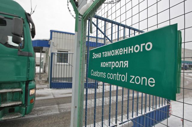 Ровенский пограничник за взятки пропускал десятки машин с иностранной регистрацией
