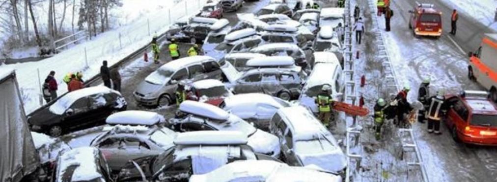 Ужасная трагедия: полсотни машин попали в жуткое ДТП: последствия плачевные (видео)