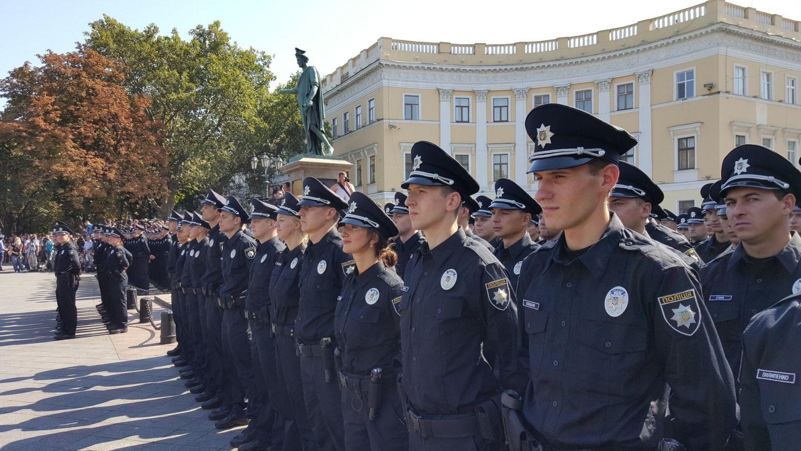 А не зажирно? Украинским полицейским подарят новые машины