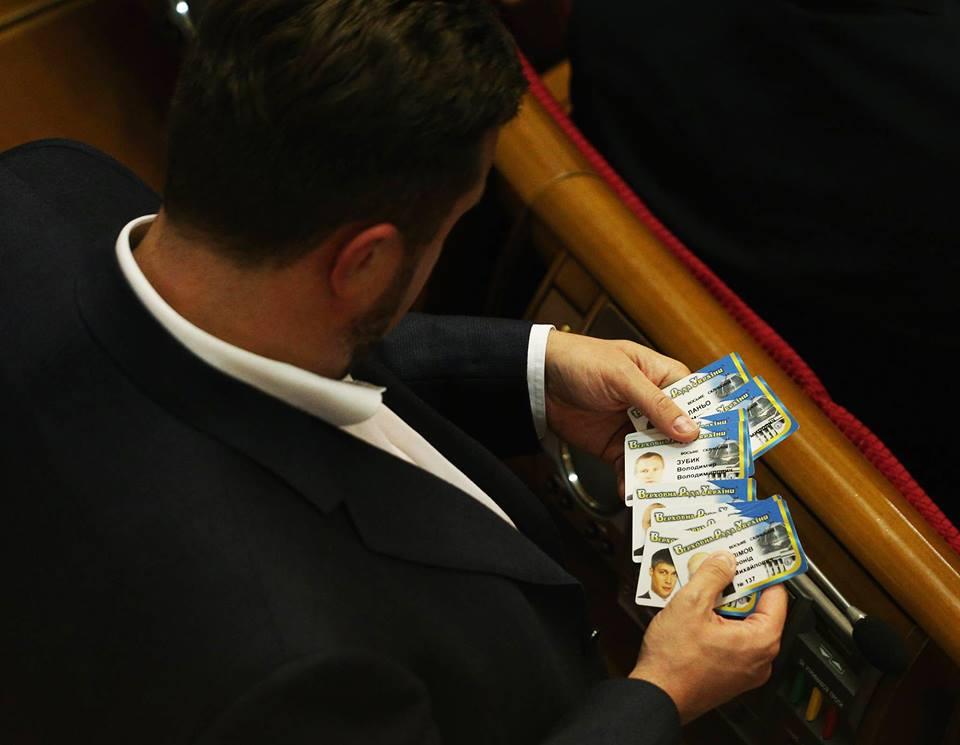 Наглости хватает: украинский депутат установил рекорд, от души нажав вместо коллег. Есть ВИДЕО