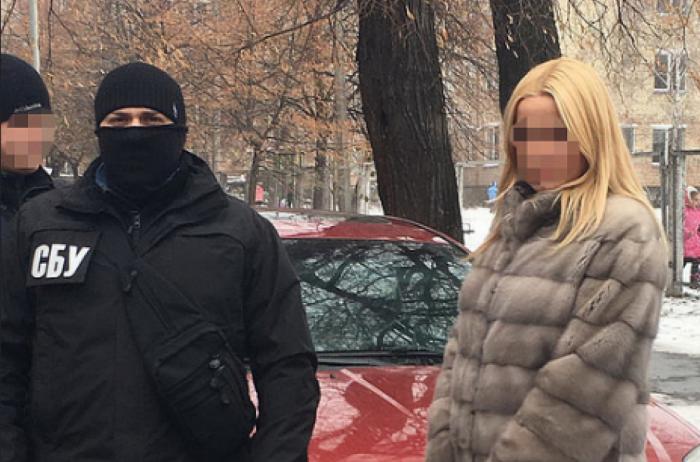 Даже дорогущая шуба не спасла капитана полиции в Киеве от ареста за вымогательство (фото)