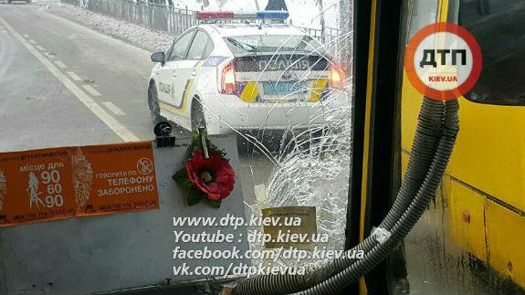 Возле столичного ТЦ масштабное ДТП с участием маршрутки: есть пострадавшие (фото)