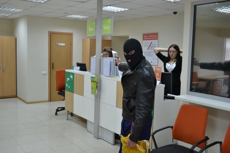 Народ в панике: хакеры обокрали 20 тысяч счетов в банке — люди не знают что делать