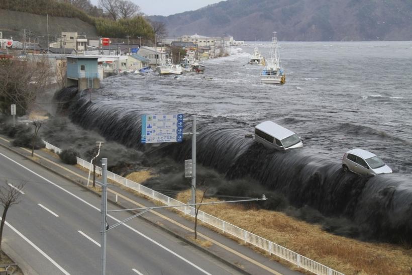 Уникальные кадры цунами в Японии. Вы должны это увидеть!(ВИДЕО)